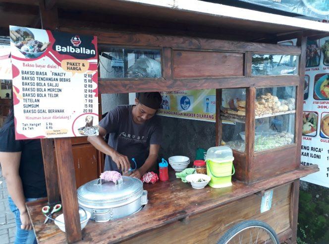 Pemilik bakso Balbalan, Anas Musawa, sosok pencinta atau gibol Arek Surabaya asli ini sengaja menamakan usahanya dengan nama Bakso Balballan karena kesukaanya pada si kulit bundar. (foto: bam)