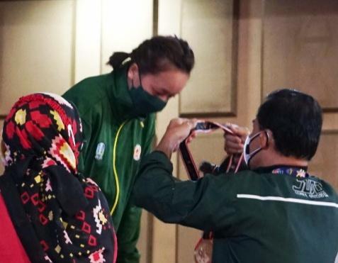 Dewinda Ariani Trisna saat menerima pengalungan medali emas.
