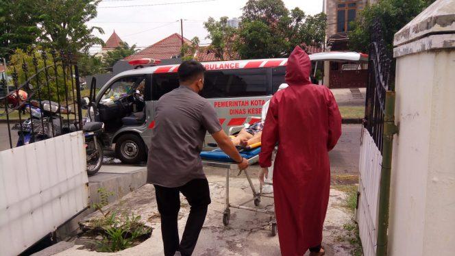 Ambulans Puskesmas Medokan Ayu Pemkot Surabaya mengevakuasi ibunda penulis menuju RSUD Mohammad Soewandhi Surabaya, Jumat 24 September 2021.