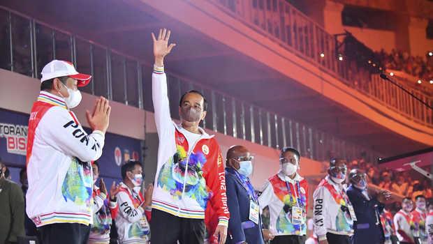 Presiden Joko Widodo (kedua kiri) bersama Ketua MPR Bambang Soesatyo (kiri), Menteri Pemuda dan Olahraga Zainudin Amali (keempat kiri), Gubernur Papua Lukas Enembe (ketiga kiri) dan Ketua Umum KONI Pusat Marciano Norman menghadiri Upacara Pembukaan PON Papua di Stadion Lukas Enembe, Kompleks Olahraga Kampung Harapan, Distrik Sentani Timur, Kabupaten Jayapura, Papua, Sabtu, 2 Oktober 2021.(beritasatu)