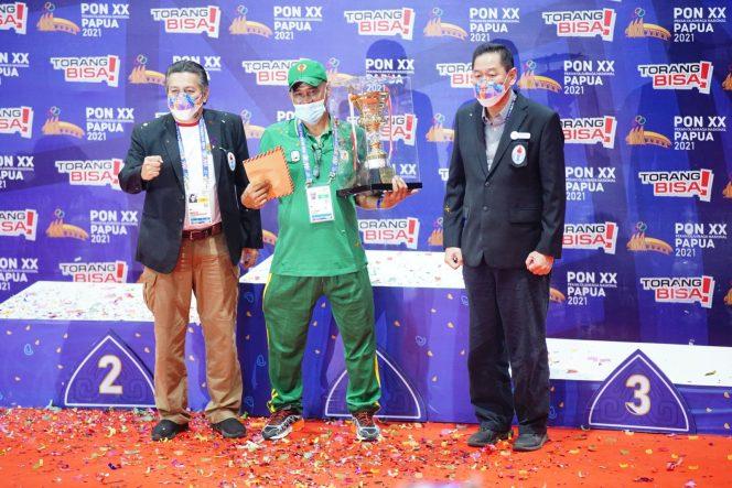 Ketua Pengprov PGSI Rakhman menerima piala tetap juara umum cabor gulat PON XX Papua 2021 dari PGSI
