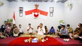 Wali Kota Surabaya Eri Cahyadi saat cangkrukan dengan warga Balai RW X, Kelurahan Ngagelrejo, Kecamatan Wonokromo, Selasa (26/10) malam.