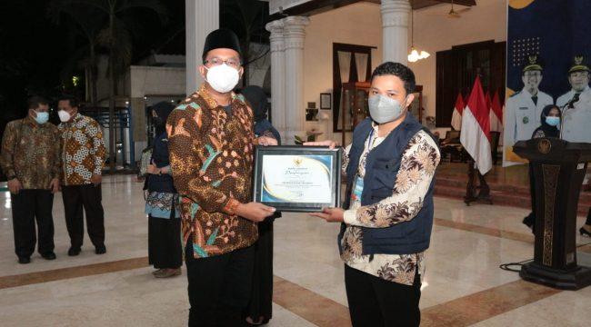 Gus Muhdlor saat menyerahkan piagam penghargaan kepada relawan Ranger vaksin M Zakaria Dimas.