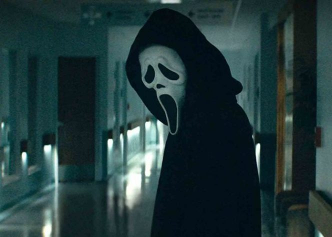 Karakter Pembunuh Bertopeng Ghostface dalam film 'Scream 5'.