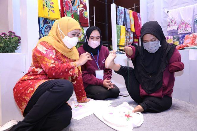 Gubernur Jawa Timur mengajak swasta dan perusahaan untuk turut berperan menggandeng pelaku UKM Disabilitas agar dapat mengembangkan usahanya.
