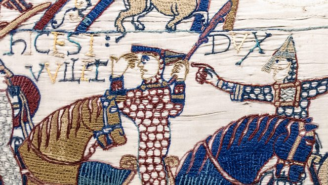 Bagian dari Bayeux Tapestry yang menunjukkan Adipati William melepas helmnya. (Castle Studies Trust)