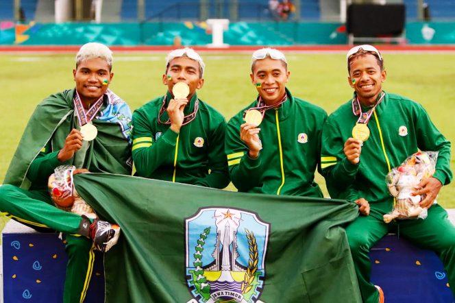 Tim estafet 4x100 meter putra Jatim yang merebut medali emas, Rabu (13/10).