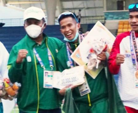 Atjong Tio Purwanto setelah menyabet medali emas dari nomor halang rintang 3000 meter putra, Kamis (14/10).
