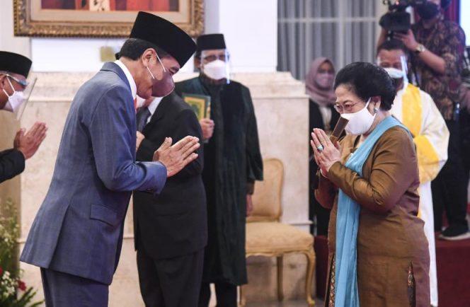 Presiden Joko Widodo (kiri) memberi ucapan selamat kepada Presiden kelima RI Megawati Soekarnoputri (kanan) usai dilantik menjadi Ketua Dewan Pengarah Badan Riset dan Inovasi Nasional (BRIN) di Istana Negara, Jakarta, Rabu (13/10/2021). Presiden Joko Widodo melantik 10 pejabat Dewan Pengarah BRIN diantaranya Megawati Soekarnoputri menjadi Ketua Dewan Pengarah BRIN. (ANTARA)