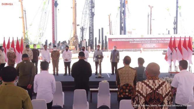Presiden Jokowi melakukan peletakan batu pertama pembangunan smelter atau pabrik pemurnian dan pengolahan tambang mineral PT Freeport Indonesia di Java Integrated Industrial and Port Estate (JIIPE) Gresik, Jawa Timur, Selasa (12/10).