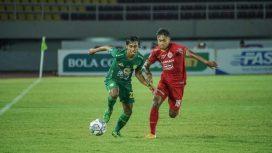 Pemain Persebaya Ady S (hijau) saat mau melewati pemain Persebaya.
