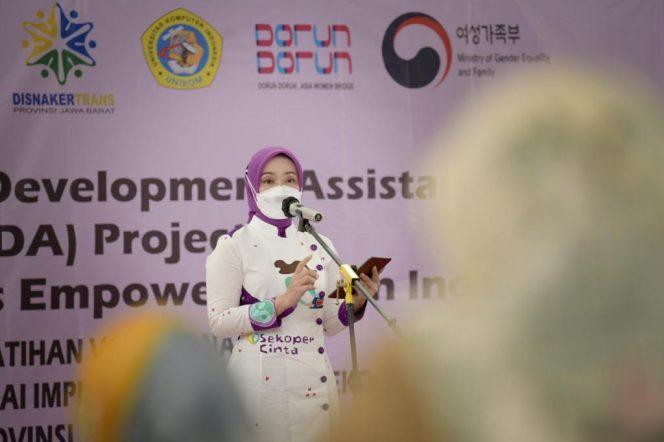 Ketua Dekranasda Jabar Atalia Ridwan Kamil saat memberikan motivasi kepada pelaku UMKM di Kota Bandung, Senin (11/10/21). (Humas Jabar)