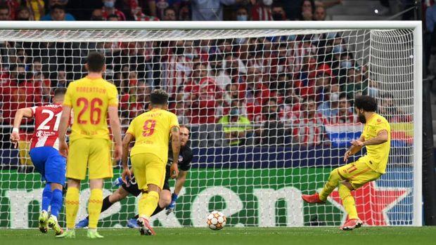 Mohamed Salah mencetak gol kemenangan Liverpool lewat titik putih (Detik)