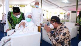Bupati Gus Muhdlor berbicang santai bersama KH anwar dan KH Marzuki Mustamar.