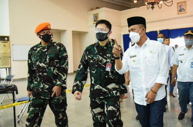 Bupati Bandung Dadang Supriatna saat Serbuan Vaksinasi Korpaskhas TNI AU di Gedung Balai Prajurit Lanud Sulaiman Margahayu, Rabu (13/10/21). (Humas Pemkab)