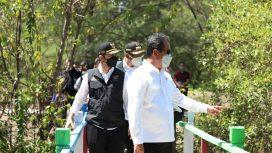 Menteri KKP bersama Wagub Jatim dan Bupati Sidoarjo Gus Muhdlor saat meninjau lokasi wisata pulau Lusi di Sidoarjo