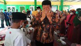 Wabup Sidoarjo tak kuasa menahan tangis ketika memberikan sumbangan kepada anak Yatim di Desa Pepe Sedati Sidoarjo