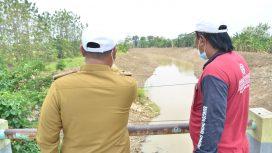 Bupati Gresik Gus Yani saat meninjau normalisasi Kali Lamong di Desa Bulang Kulon Kecamatan Benjeng
