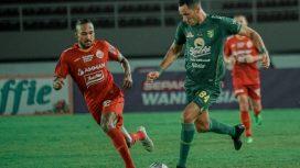 Pemain Persebaya (hijau) mencoba melewati hadangan Rohid Chand Persija pada pertandingan liga 1 di Stadion Manahan Solo.