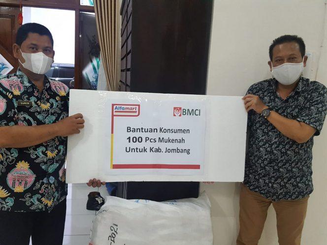 Sebagai bentuk kepedulian terhdap masyarakat, Alfamart menyalurkan bantuan donasi konsumen 100 pcs mukenah di Jombang, Minggu (10/10).