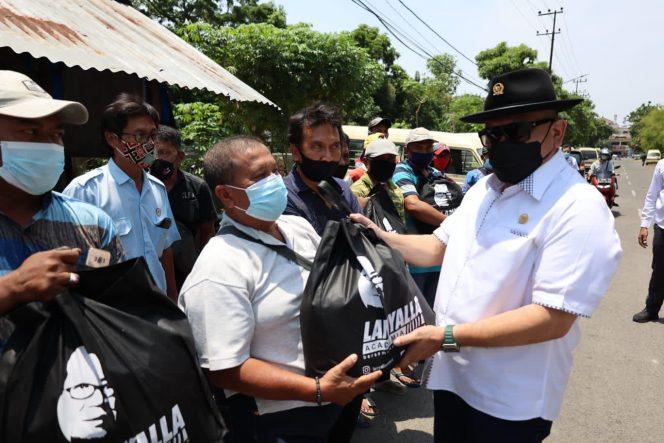Ketua DPD RI, AA LaNyalla Mahmud Mattalitti, menyerap aspirasi masyarakat sekaligus membagikan paket sembako kepada warga di sejumlah tempat di Surabaya, Senin (11/10/2021).