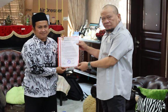 Ketua DPD RI, AA LaNyalla Mahmud Mattalitti, yang sedang menjalani masa reses di Jawa Timur, menerima aspirasi dari Pengurus Badan Khusus Forum Honorer Persatuan Guru Republik Indonesia (FH PGRI) Kabupaten Jember, Rabu (13/10/2021).