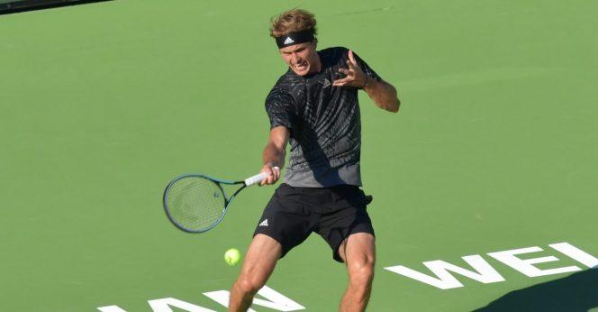 Petenis Jerman Alexander Zverev saat melepaskan pukulan ke arah Andy Murray dalam Putaran 32 Besar Indian Wells Masters. (Foto: Reuters)