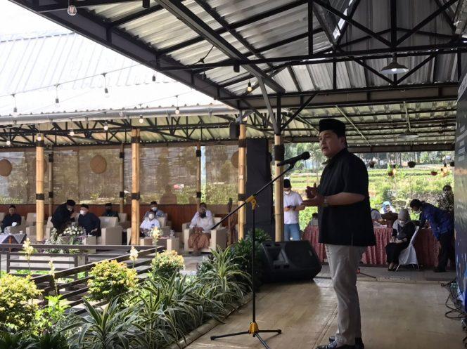 Menteri BUMN Erick Thohir saat kunker ke Ponpes Al Ittifaq, Desa Alamendah, Kec Rancabali, Kab Bandung, Minggu (10/10/21). (Iwa/Kempalan)